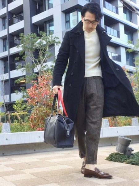 黒ロングコート×白ニット×グレーパンツ