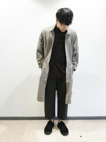 グレーチェスターコート×黒T×黒パンツ