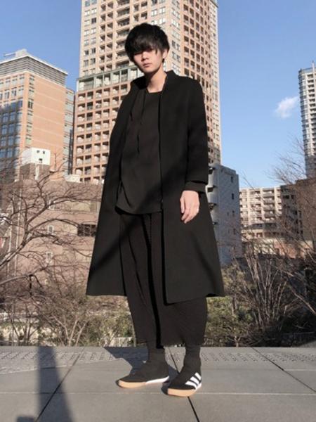 黒ロングコート×黒T×黒ワイドパンツ
