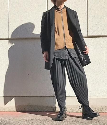 黒チェスターコート×黒シャツ×黒パンツ