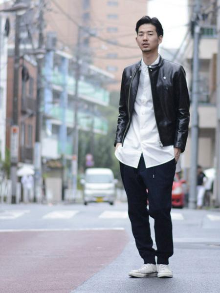 ライダース×白シャツ×ネイビージョガーパンツ