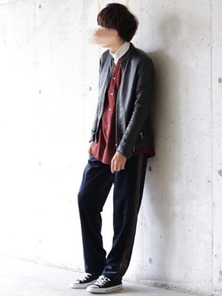 ライダース×赤シャツ×ネイビーパンツ