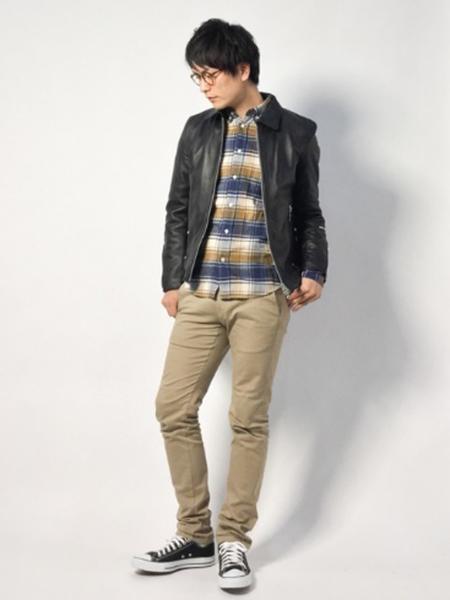 ライダース×バイカラーチェックシャツ×ベージュパンツ