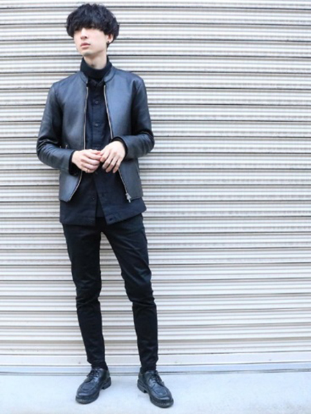 黒ライダースジャケット×黒シャツ×黒パンツ