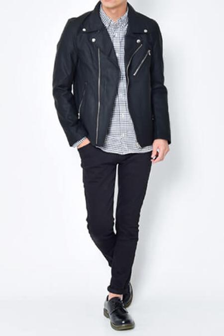 黒ライダースジャケット×チェックシャツ×ネイビーパンツ