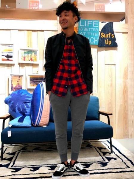 ライダース×赤チェックシャツ×グレースウェットパンツ