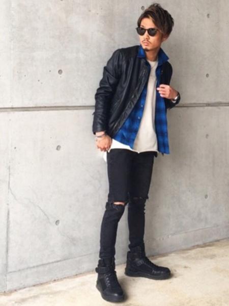 ライダース×青チェックシャツ×白T×黒スキニーパンツ
