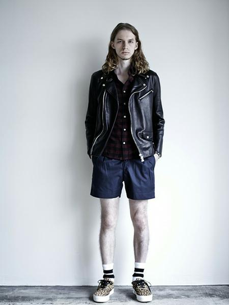 ライダースジャケット×チェックシャツ×ショートパンツ