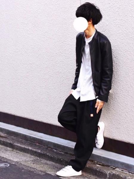 ライダース×白シャツ×黒ワイドパンツ