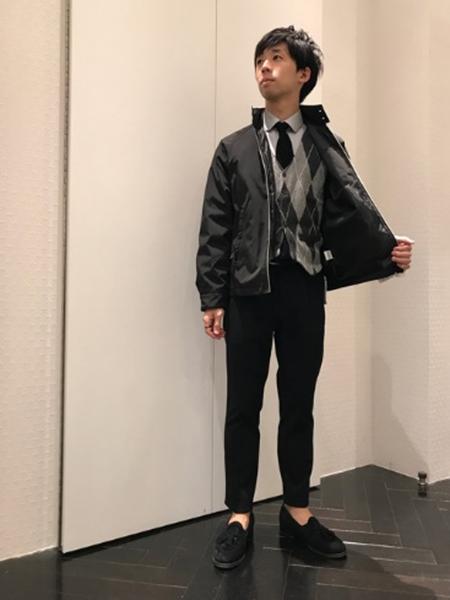 黒スウィングトップ×チェックカーデ×グレーシャツ×黒パンツ
