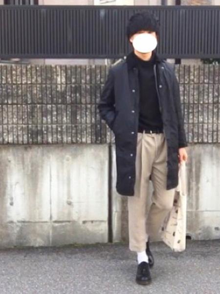 黒ロングコート×黒ニット×ベージュチノパンツ
