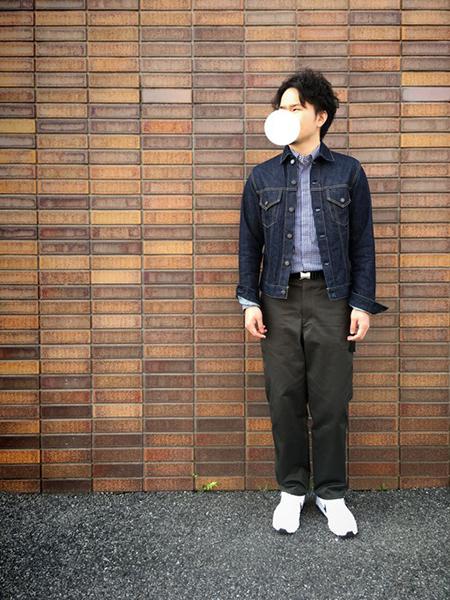 デニムジャケット×青シャツ×黒チノパンツ