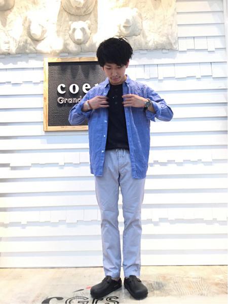 青シャツ×黒T×サックスパンツ