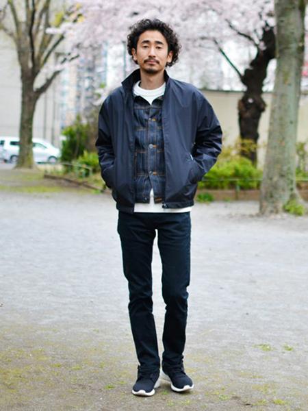 ネイビースウィングトップ×チェックシャツ×白T×黒パンツ