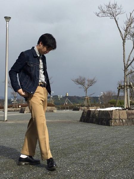 デニムジャケット×グレーシャツ×ベージュパンツ