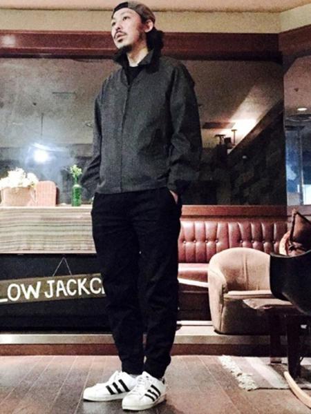 黒スウィングトップ×黒T×ネイビージョガーパンツ