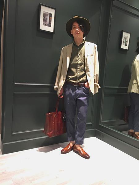 ベージュジャケット×カーキシャツ×ネイビーパンツ