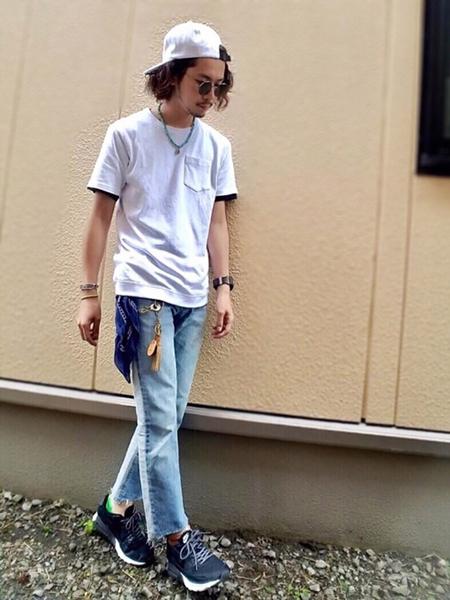 デニム×白Tシャツ×スニーカー