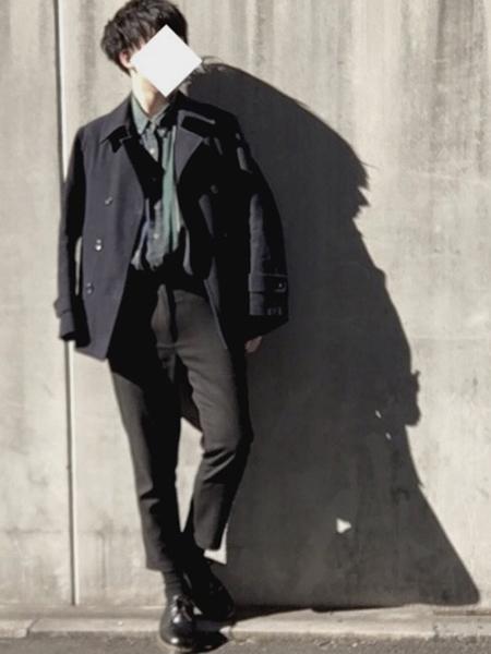 黒コート×グリーンシャツ×黒パンツ