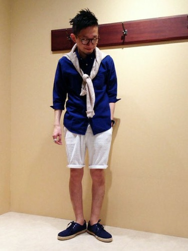 綿麻シャツ×ニット×白ショートパンツ
