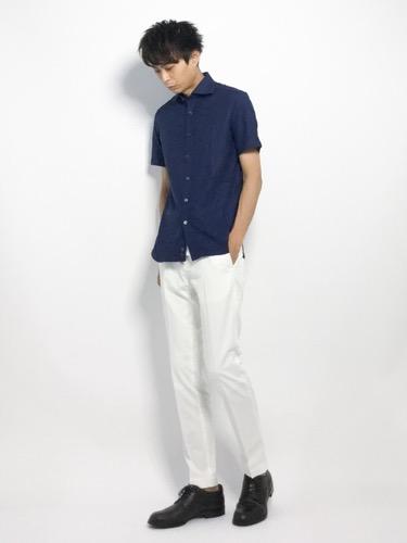 ネイビーシャツ×白パンツ×レザーシューズ