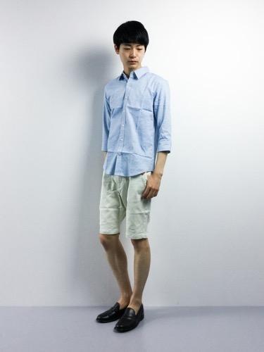 サックスシャツ×ショートパンツ×ローファー