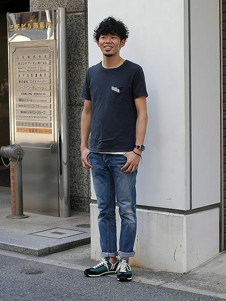 黒Tシャツ×デニム×ローテクスニーカー