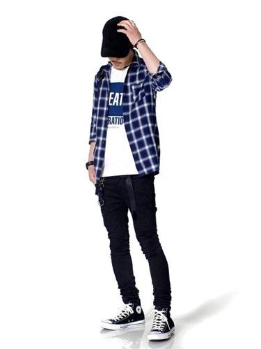 ネイビーシャツ×プリントTシャツ×黒スキニー