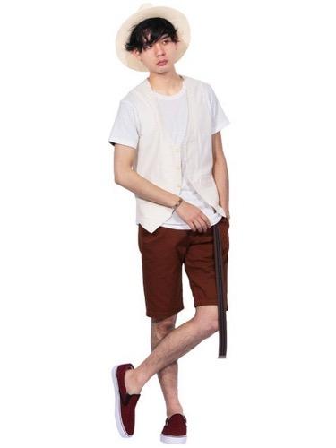 ベスト×白Tシャツ×ブラウンショートパンツ