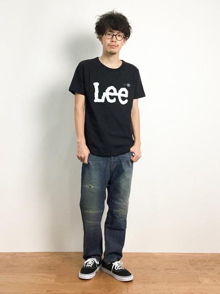 黒ロゴTシャツ×ストレートデニム×黒スニーカー