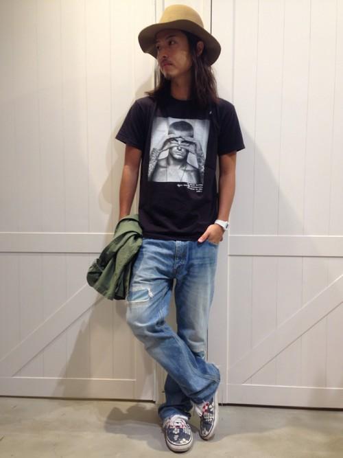 ハット×黒プリントTシャツ×デニム