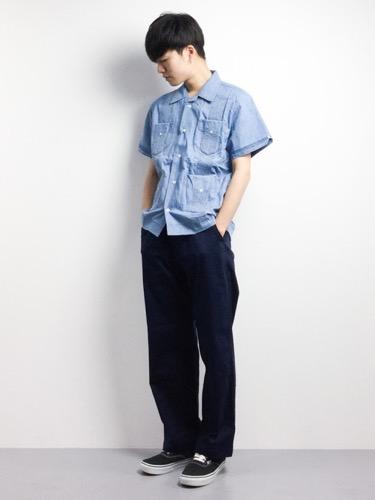 サックスシャツ×ネイビーパンツ×スニーカー