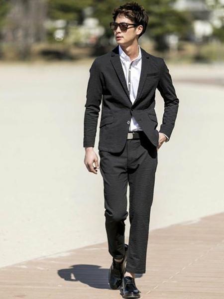 黒テーラードジャケット×白シャツ×黒スラックス