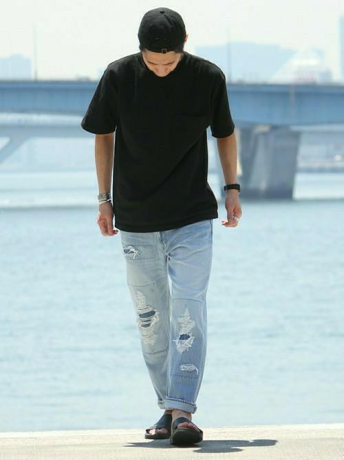 黒キャップ×黒Tシャツ×ダメージデニム×サンダル