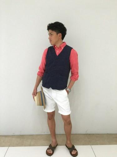 ベスト×赤綿麻シャツ×白ショートパンツ