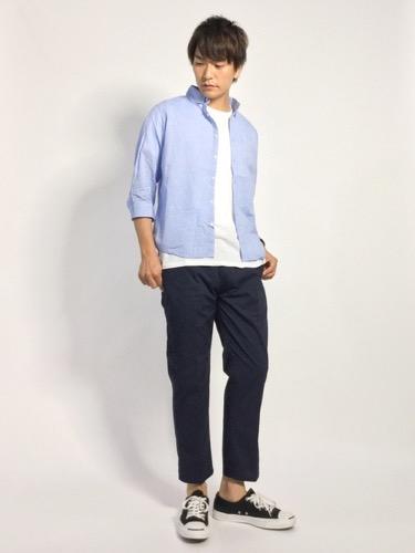 サックスシャツ×白Tシャツ×ネイビーパンツ
