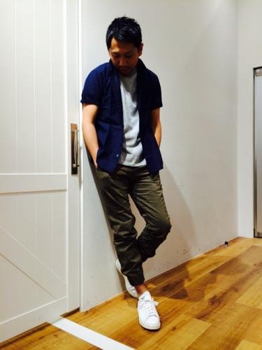 ブルー綿麻シャツ×グレーT×カーキジョガーパンツ