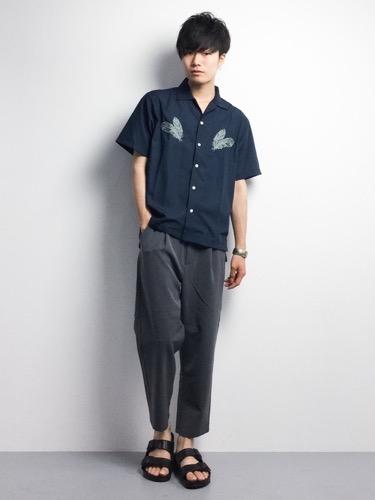 ネイビーシャツ×タックパンツ×サンダル