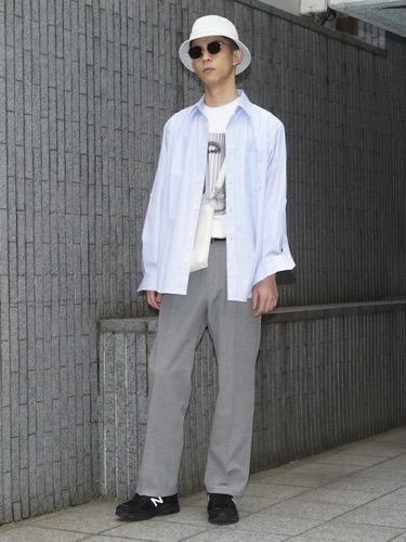 サックスシャツ×プリントTシャツ×スラックス