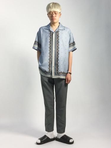 サックスシャツ×グレーパンツ×レザーサンダル