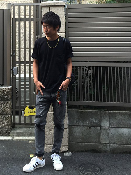 黒T×黒デニム×白スニーカー