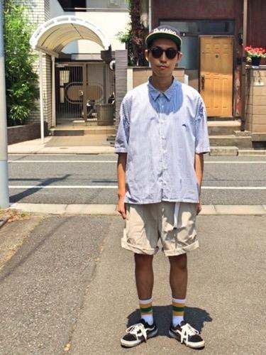 サックスシャツ×ルーズショートパンツ×スニーカー