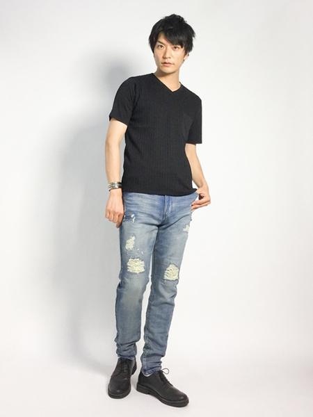 黒Tシャツ×ダメージデニム×ダービーシューズ