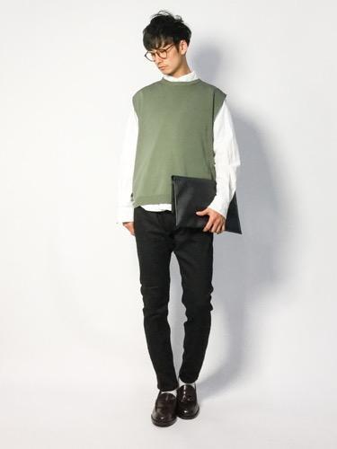 ベスト×シャツ×黒パンツ
