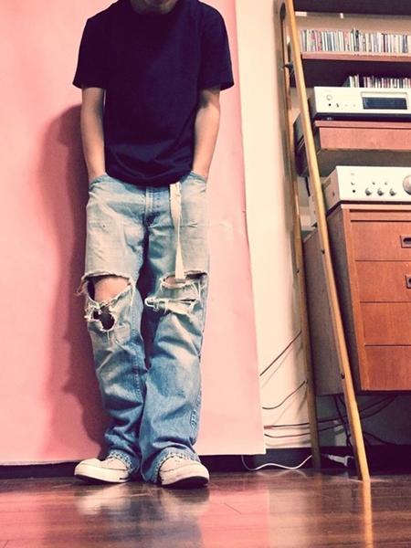 黒Tシャツ×ダメージデニム×白スニーカー