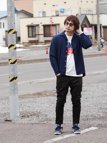 ネイビーシャツ×プリントTシャツ×黒パンツ