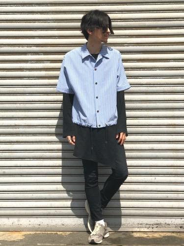 サックスシャツ×黒カットソー×スキニーパンツ