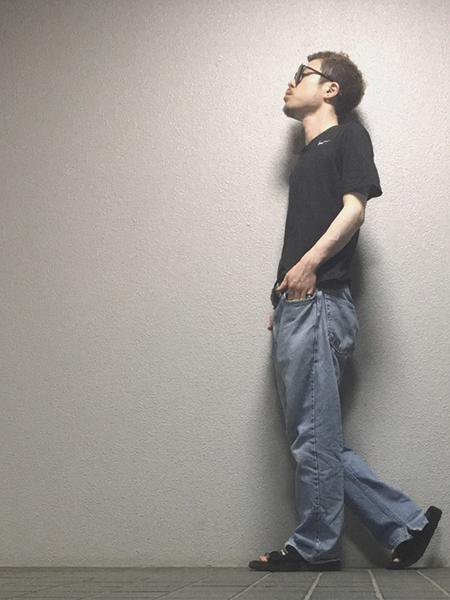 黒Tシャツ×ワイドデニム×サンダル