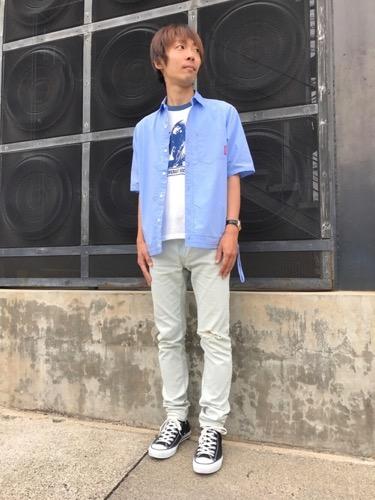 サックスシャツ×プリントTシャツ×ベージュパンツ
