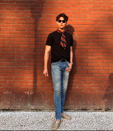 黒Tシャツ×デニム×スリッポン